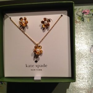 Matching gold & pearl daisy necklace/earrings